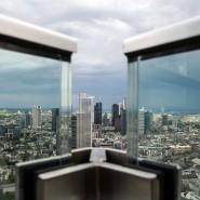 Neuer Blick: Balkon eines Penthouses in der 48. Etage des Wohnturms Grand Tower auf die Frankfurter Innenstadt