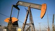 Ölpumpe auf einem Ölfeld bei Taft in Kalifornien
