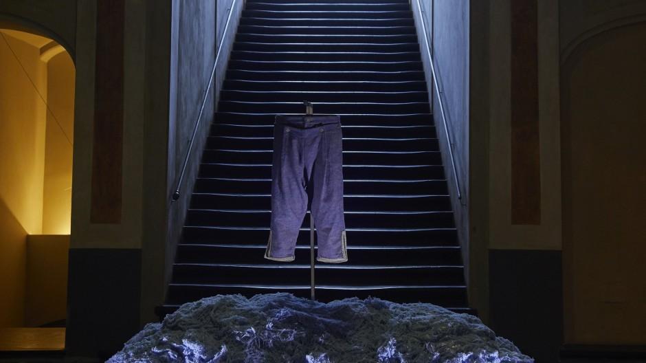 """Der reproduzierte erste Jeansstoff der Welt, ausgestellt bei """"Genova Jeans""""."""