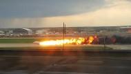 Das russische Passagierflugzeug vom Typ Suchoi Superjet-100 brennt bei seiner Notlandung auf dem Moskauer Flughafen Scheremetjewo.