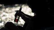 Letzter Halt: Der Griff zur Flasche kann ein Symptom einer psychischen Störung sein.
