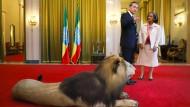Gut gebrüllt: Wang Yi mit Äthiopiens Präsidentin Sahle-Work Zewde