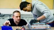 Deutsche Gründlichkeit: Ausbildungsmeister Andreas Leyendecker schult einen jungen Flüchtling im Berufs- und Technologiezentrum in Frankfurt.