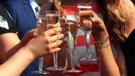 Bald mit Begrenzung? Bundesregierung schlägt Beschränkung auf 25 Personen bei privaten Festen vor (Symbolbild)