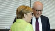 Auf Konfrontationskurs: Bundeskanzlerin Angela Merkel und CDU-Fraktionschef Volker Kauder am Mittwoch bei der Unions-Fraktionssitzung im Bundestag.