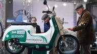 Kultroller zum Anfassen: Die Elektro-Schwalbe zieht auf der Erfurter Automesse auch Besucher an, die noch das Zweitakt-Original kennen.