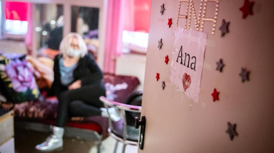 Das Laufhaus steht leer: Einige Zimmer wurden überstürzt verlassen, als die Prostitutionsstätten wegen der Coronapandemie geschlossen wurden. Nur Ana lebt seitdem dauerhaft in ihrem ehemaligen Arbeitszimmer.