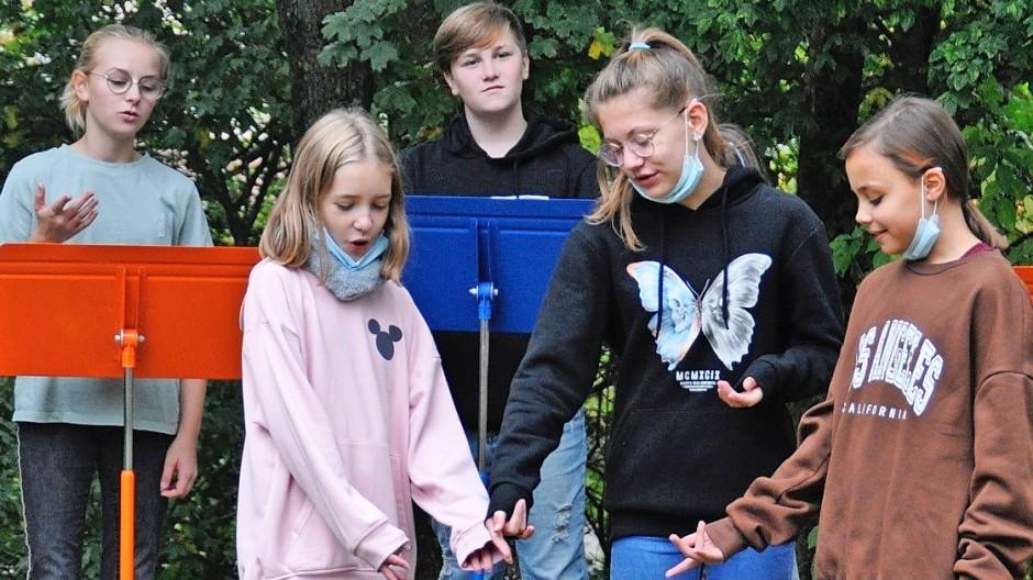 Gruppenarbeit im Park: Schüler beim Unterricht in Schweinfurt