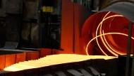 900 Grad heiß ist der Stahl, der am 11. Mai 2017 in Brandenburg an der Havel in der Brandenburger Elektrostahlwerke GmbH spiralförmig abgelegt wird.