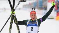 Denise Herrmann bejubelt ihren dritten Platz beim Massenstart der Biathlon-WM in Östersund.