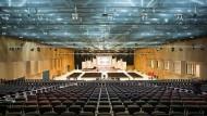 Mit mobilen Tribünensystem: 5000 Besucher können Platz nehmen auf den Stühlen im Veranstaltungssaal der nördlichen Halle des neuen Rhein-Main-Congress-Centers in Wiesbaden.