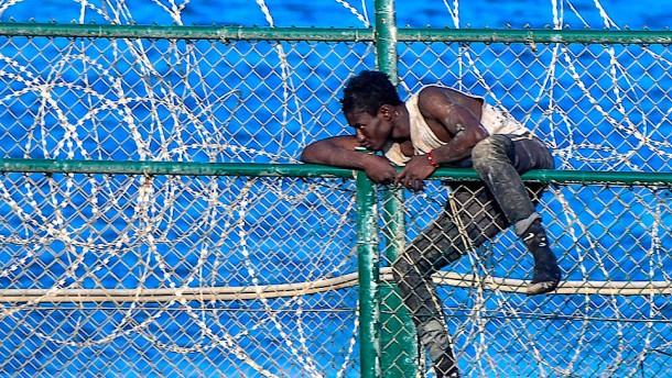 155 Flüchtlinge stürmen Zaun