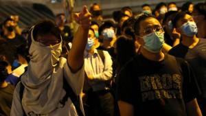 Demonstranten in Hongkong mit Feuerwerk beschossen