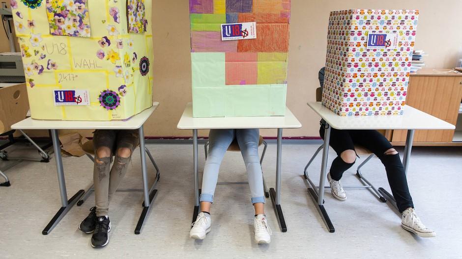 Schülerinnen der Offenbacher Marienschule nehmen im September 2017 an der U-18-Wahl teil.