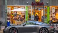 Durchstarten: Mit neuen Handelspartnern und eigenen Supermärkten macht Alnatura wieder Boden gut, nachdem die Bio-Marke aus den dm-Drogerien fast verschwunden ist. Im Bild die Dependance an der Schweizer Straße in Frankfurt.