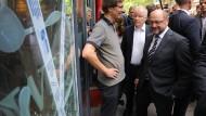 Begutachtet kaputte Scheiben: Martin Schulz am Donnerstag in Hamburg