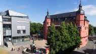 HfG-Campus mit Isenburger Schloss: Im Vordergrund die diesjährigen Rundgang-Banner