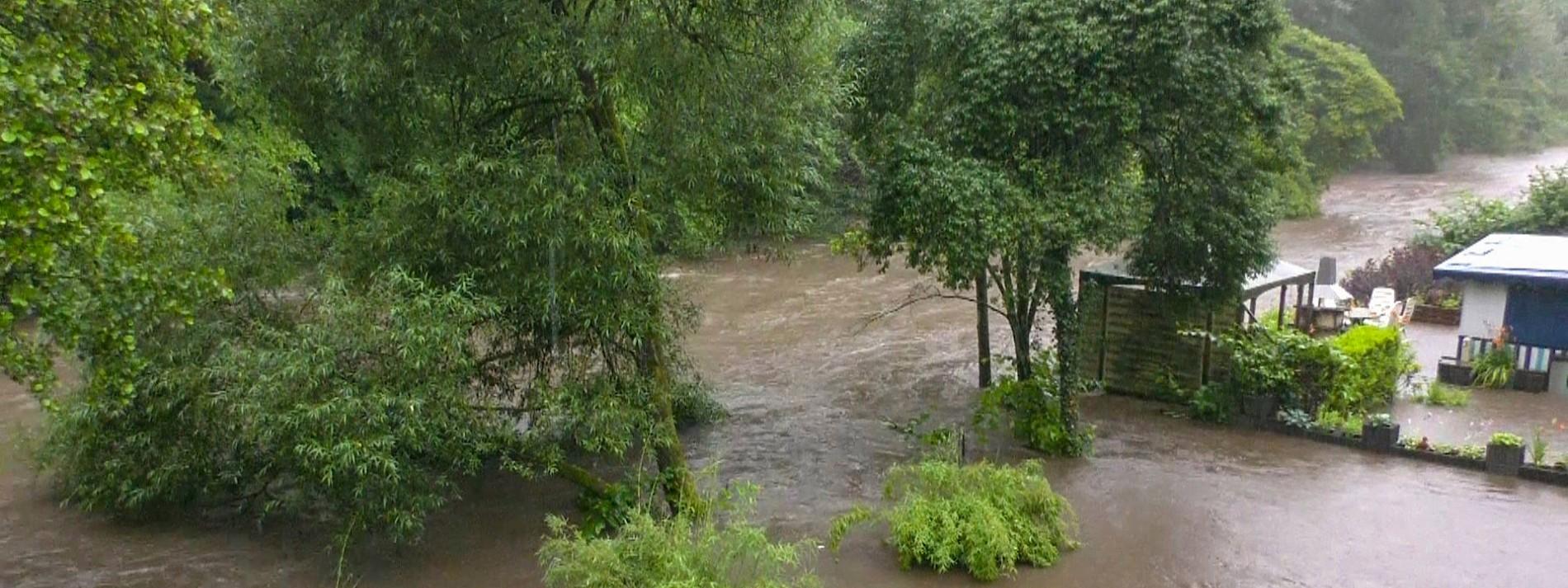 Dämme von Talsperren wegen Hochwasser unter Druck