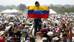 Tausende Menschen strömen zum Benefizkonzert an die Grenze