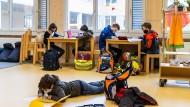Auch in der Holzhausenschule Frankfurt darf nach wochenlangem Corona Lockdown wieder ein Wechselunterricht in Präsenz stattfinden.