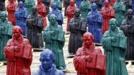 Eine Installation des Künstlers Ottmar Hörl mit 500 Luther-Figuren aus Kunststoff auf dem Wittenberger Markt
