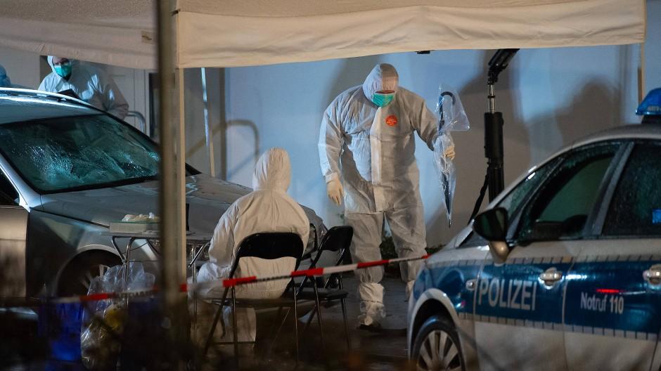 Ermittlungsbeamte untersuchen das Auto, das bei einem Rosenmontagszug in eine Menschenmenge gefahren war.