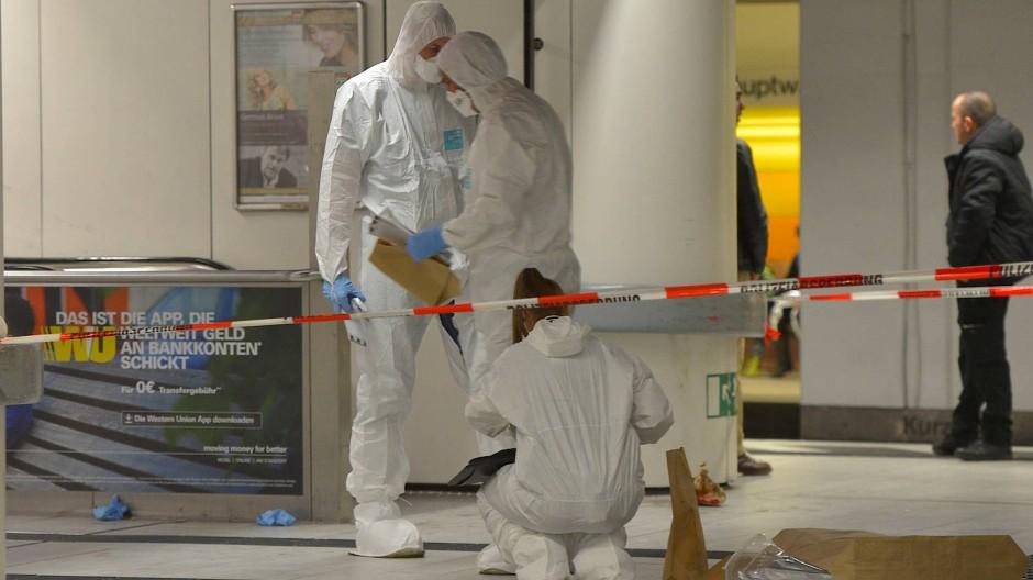 Spurensicherung nach Messerstecherei: Beamte suchen die Frankfurter Hauptwache am Samstagabend nach Spuren ab.