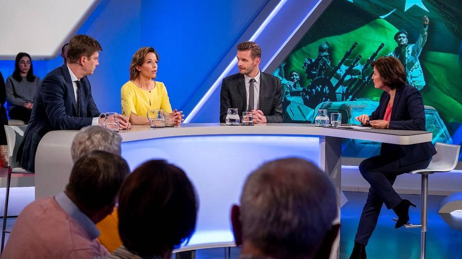 Sandra Maischberger begrüßte in ihrer Sendung am 22. Januar 2020 den Cicero-Chefredakteur Christoph Schwennicke, die ARD-Moderatorin Anna Planken und den Kabarettisten Florian Schroeder (von links).