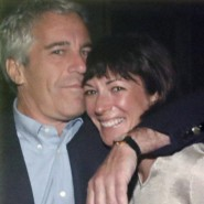 Ghislaine Maxwell zusammen mit Jeffrey Epstein auf einem Plakat, dass die New Yorker Staatsanwaltschaft am 2. Juli 2020 während einer Pressekonferenz zeigte.