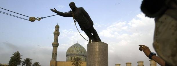 """April 2003: Eine Statue von Saddam Hussein in Bagdad wird gestürzt - mehr als ein Jahrzehnt danach zermürbt der Terror des """"Islamischen Staats"""" das Land"""