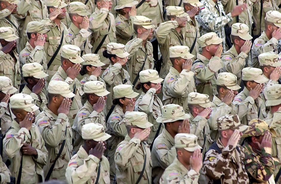 Amerikanische Soldaten salutieren während einer Fahnenzeremonie auf einem Stützpunkt im afghanischen Bagram (Archivfoto).