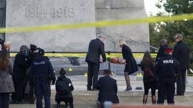 Ehrung für die ermordete Ehrenwache: Premierminister Harper und seine Frau legen Blumen vor dem Kriegerdenkmal nieder