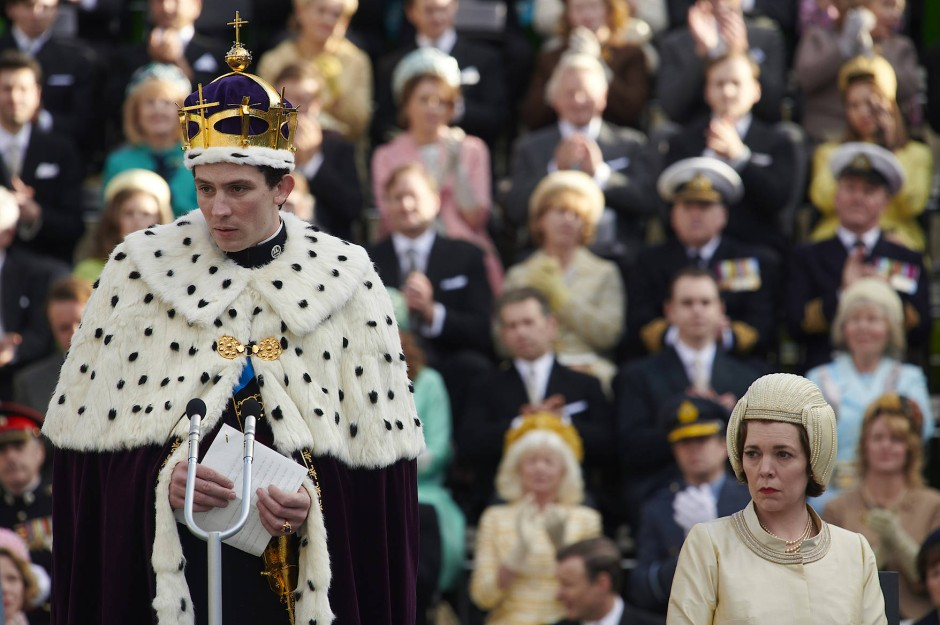 Auch Prinzenkronen wiegen schwer: Charles (Josh O'Connor) mit seiner Mutter als neuer Prince of Wales
