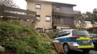 Ein Polizeiauto vor dem Haus in Bad König, in dem ein sieben Monate alter Junge nach einem Biss des Familienhundes gestorben ist.
