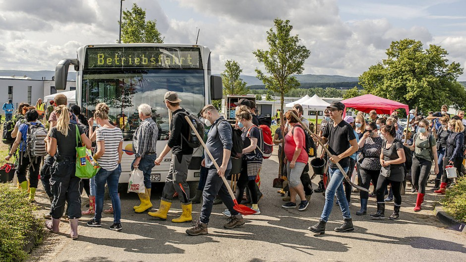 Helfer-Shuttle: Freiwillige auf dem Weg zu einem der Busse, der sie in die betroffenen Orte bringt