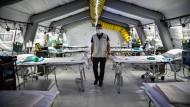 Kliniken jenseits des Limits: In Cremona in Norditalien wurden Intensivstationen in Zelte eingerichtet.