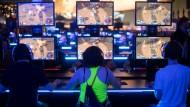 Besucher auf der Spielemesse Gamescom in Köln