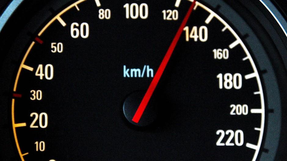 Eine Tachonadel zeigt auf die 130 Stundenkilometer-Marke