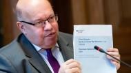 """Peter Altmaier stellt bei einer Pressekonferenz im Bundeswirtschaftsministerium die """"Nationale Industriestrategie 2030"""" vor. Die angestrebte Unternehmensfusion der Maschinenbauer steht im Sinne seines Papiers."""