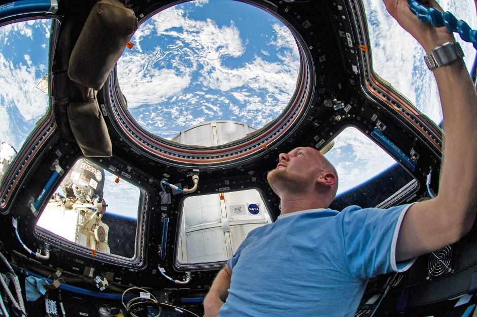 Alexander Gerst war schon 2014 im All. Hier blickt er während des Fluges mit der ISS auf die Erde.