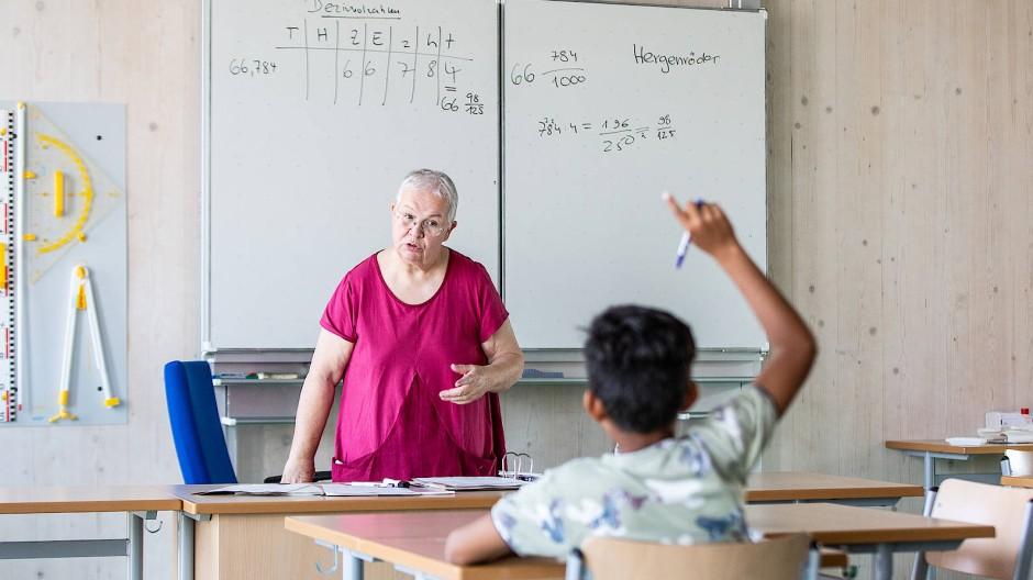 Von wegen Ruhestand: Renate Hergenröder unterrichtet im Sommercamp am Frankfurter Gymnasium Nord.