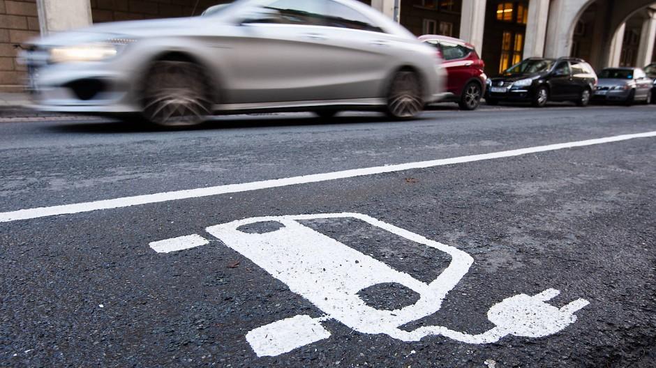 """Ein Baustein: Hessens Verkehrsminister Tarek Al-Wazir glaubt, dass sich beim Pkw auch """"viel effizientere"""" Batterielösungen durchsetzen werden."""