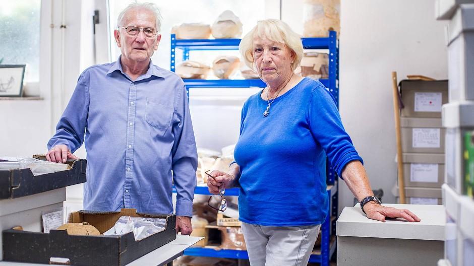 Ehrenamtlich engagiert: Ernst und Christina Grabsch sind immer wieder fasziniert, etwas in den Händen zu halten, was Menschen uns vor so langer Zeit hinterlassen haben.