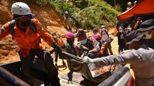 Helfer stellen Suche nach verschütteten Bergleuten ein