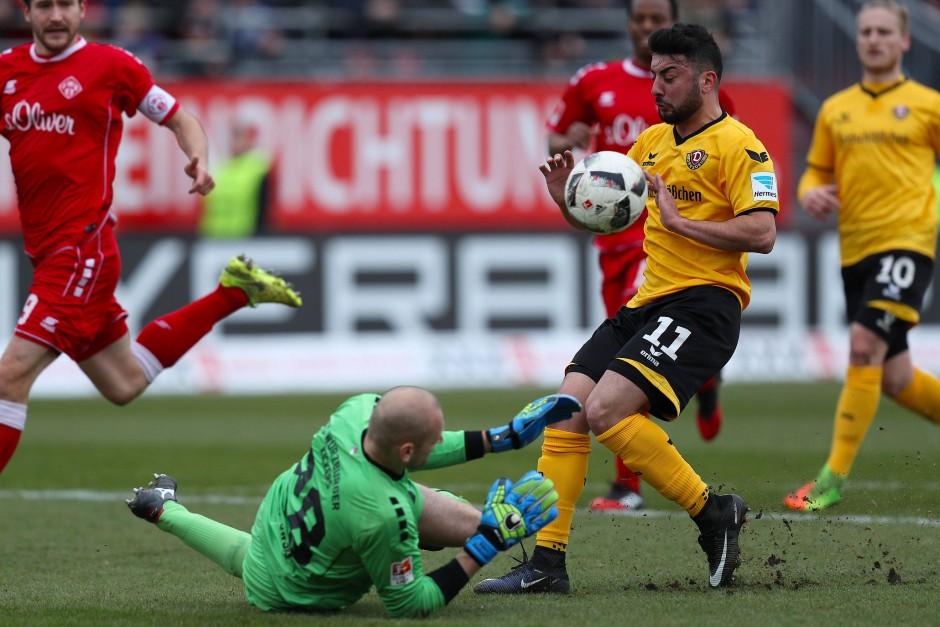 Aosman (gelbes Trikot) gegen den ältesten Spieler der Zweiten Bundesliga, Kickers-Torhüter Robert Wulnikowsi (unten).