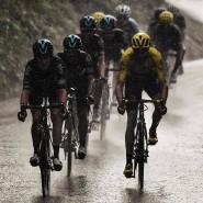 Dunkle Wolken über der Tour? Chris Froome (gelbes Trikot) wird von seinen Teamkollegen jedenfalls gut behütet.