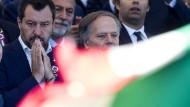 Die italienische Regierung um Vizepremier Matteo Salvini verstößt gegen die Schuldenregeln, die EU-Kommission versucht gegenzusteuern.