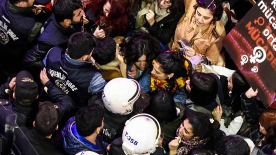 Türkische Polizei geht gewaltsam gegen Frauen vor