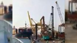 Schiff reißt Kran beim Einlaufen mit