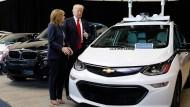 Da standen sie sich noch so nah: Trump 2017 mit GM-Chefin Mary Barra
